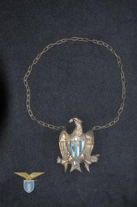 1950, collana con emblema
