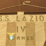 Il prezioso gagliardetto del 1957 dedicato alla memoria di Cin Casoni.