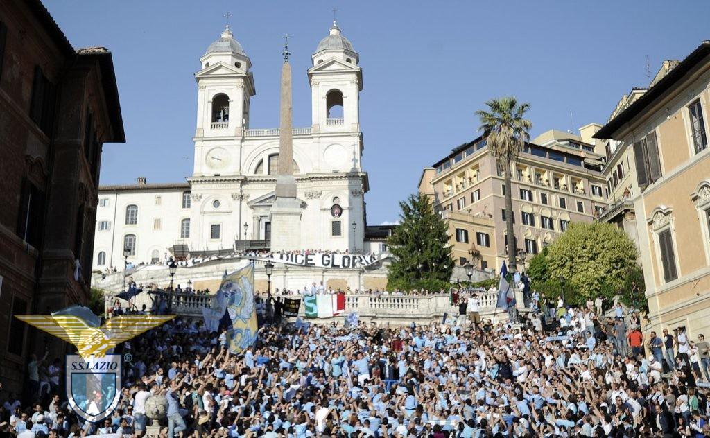 Coppa Italia 2013. lo storico flash mob, con Piazza di Spagna gremita di maglie biancocelesti