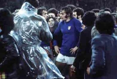 """Il """"Lazio Museum"""" svela la maglia di Chinaglia, quella dell'esordio in Nazionale a Wembley"""